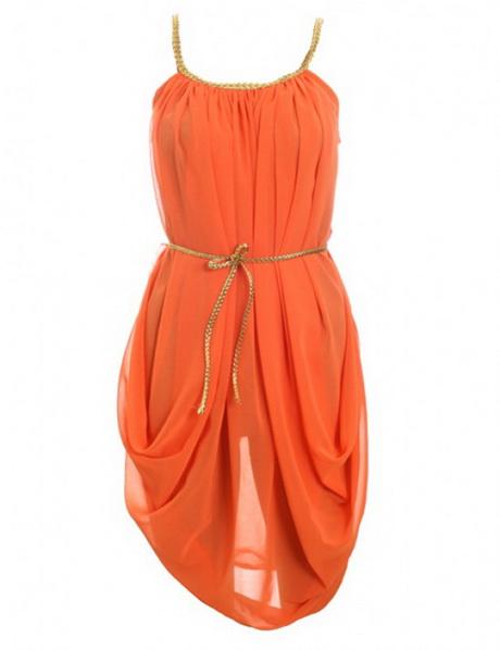 Oranje kleding wordt in Nederland al snel geassocieerd met Koningsdag (Koninginnedag) en het EK/WK maar de kleur oranje is zoveel meer. Met een oranje jurk straal je energie en enthousiasme uit en bovenal is het een vrolijke en warme kleur. Tijd dus om de Nederlandse associatie met oranje links te laten liggen en oranje te zien voor wat het waard is.